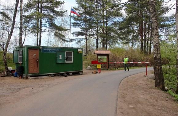 Власти потребовали убрать шлагбаум через дорогу на Глухое озеро