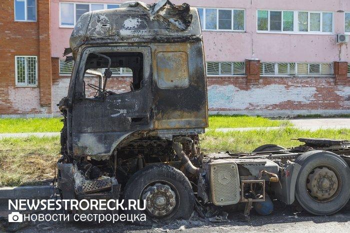 На ул. Инструментальщиков сгорела припаркованная фура